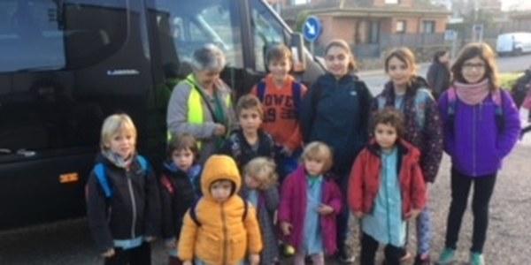 Nens i nenes del municipi de Foradada, van a l'escola.